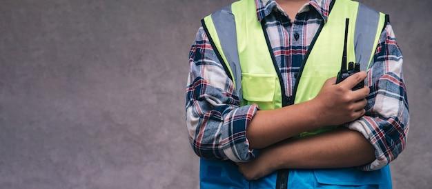 Profesjonalni pracownicy trzymający walkie-talkie, zanim inżynierowie sprawdzą i odpoczywają projekt na miejscu inżynier pracy zespołowej pracuje razem w budynku budowlanym