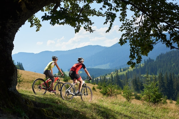 Profesjonalni rowerzyści rowerowi na rowerze na szlaku