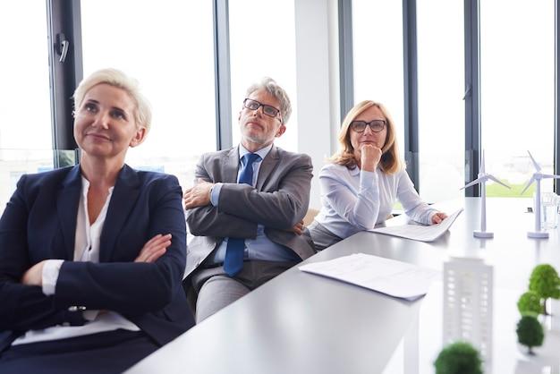 Profesjonalni współpracownicy oglądający wideokonferencję