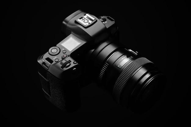 Profesjonalny aparat cyfrowy na czarno