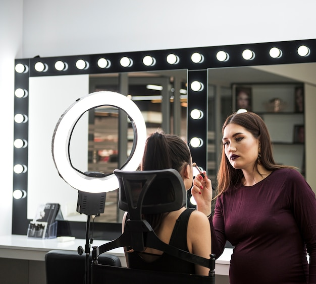 Profesjonalny artysta aplikujący makijaż