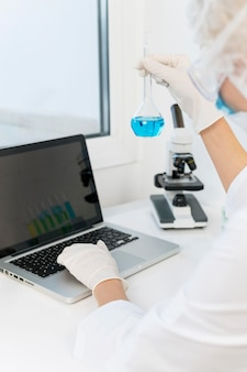 Profesjonalny badacz w laboratorium