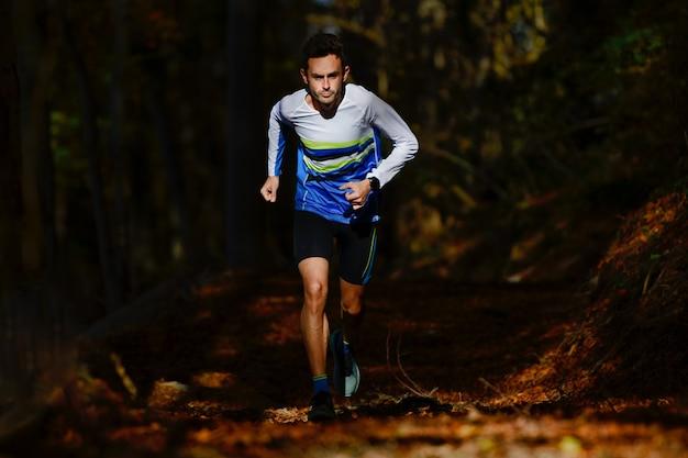 Profesjonalny biegacz biegowy trenujący w legowiskach hazardowych