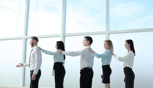 Profesjonalny biznes zespół stojący w pobliżu okna biura