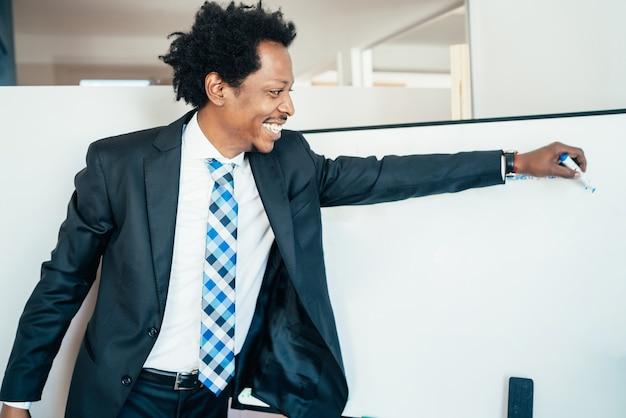 Profesjonalny biznesmen pokazując lub wskazując coś na tablicy na spotkaniu biznesowym. pomysł na biznes.