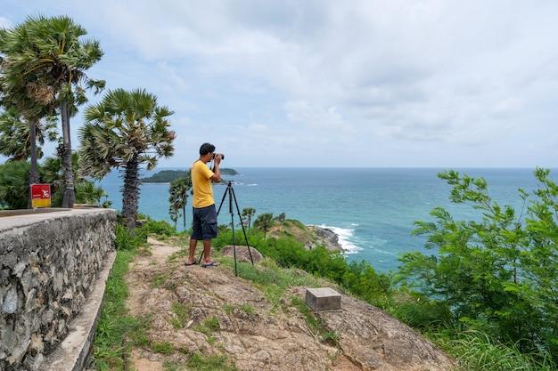 Profesjonalny cz?owiek zrobi? zdj?cie krajobraz charakter widok na laem promthep cape phuket tajlandia pi?kny punkt orientacyjny s?ynnego miejsca turystycznego, aby zobaczy? zachód s?o?ca w phuket.