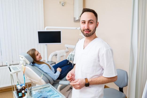 Profesjonalny dentysta komunikuje się z pacjentką. gabinet stomatologiczny do badania pacjenta. omówienie procesu leczenia stomatologicznego.