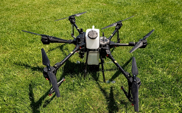 Profesjonalny dron rolniczy na zielonym polu