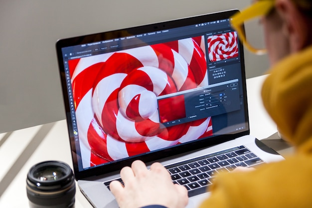 Profesjonalny edytor zdjęć działający na laptopie w specjalnym oprogramowaniu do aktualizacji kolorów