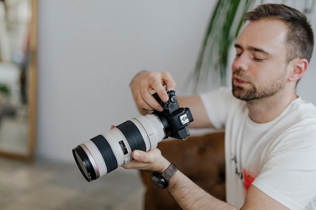 Profesjonalny fotograf fotografujący w domu