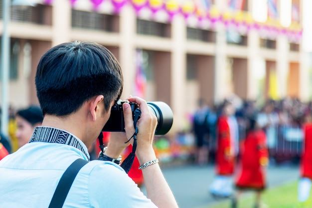 Profesjonalny fotograf koncentruje się i kontynuuje swoją pasję do fotografii