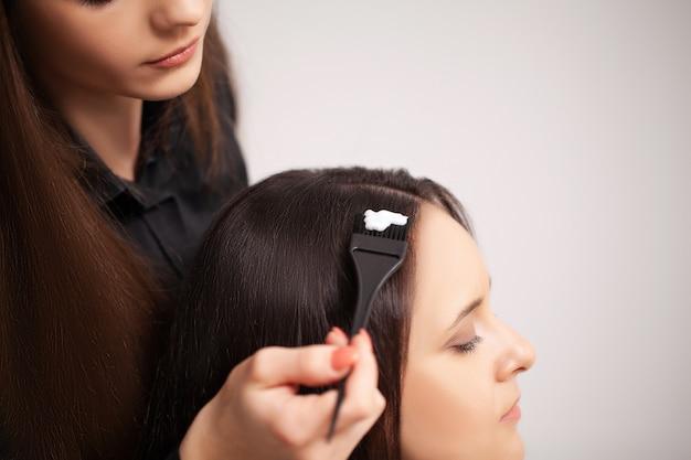 Profesjonalny fryzjer wykonuje zabiegi pielęgnacyjne w domu