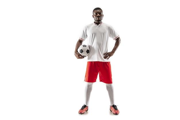 Profesjonalny futbol amerykański piłkarz stojący na białym tle na tle białego studia.