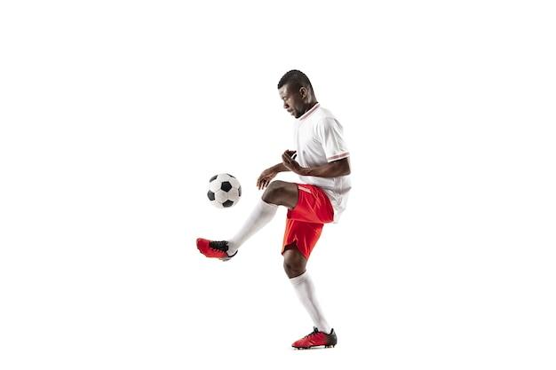 Profesjonalny futbol amerykański piłkarz w ruchu na białym tle na tle białego studia. dopasuj skaczącego człowieka w akcji, skacz, ruch w grze.