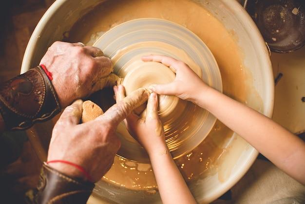 Profesjonalny garncarz robi misę w warsztacie garncarskim