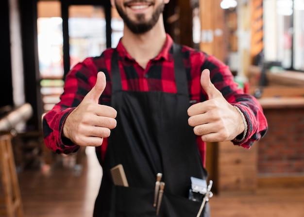 Profesjonalny haidresser pokazuje kciuki do góry