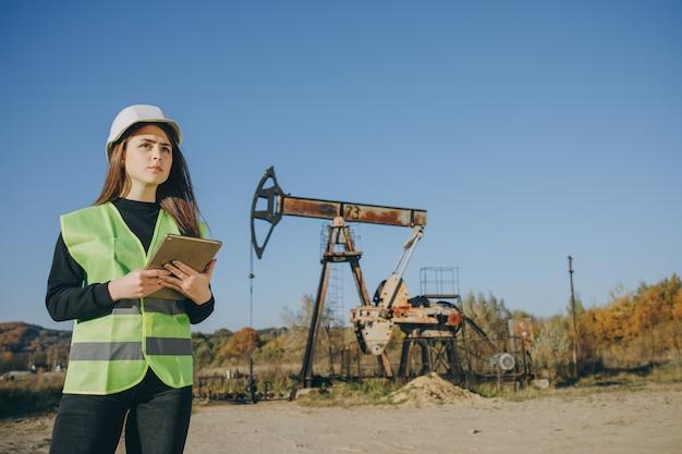Profesjonalny inżynier kobieta w mundurze bezpieczeństwa i kask