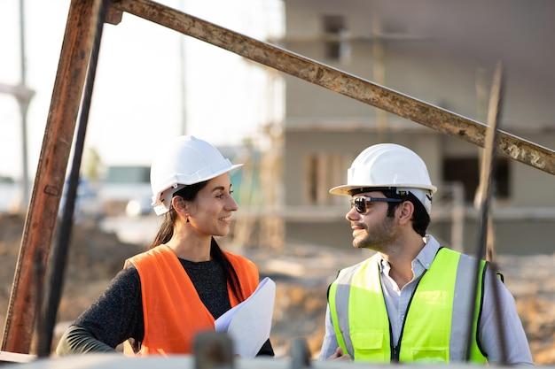 Profesjonalny inżynier mechanik teamwokr. kierownik budowy i inżynier pracujący na budowie.