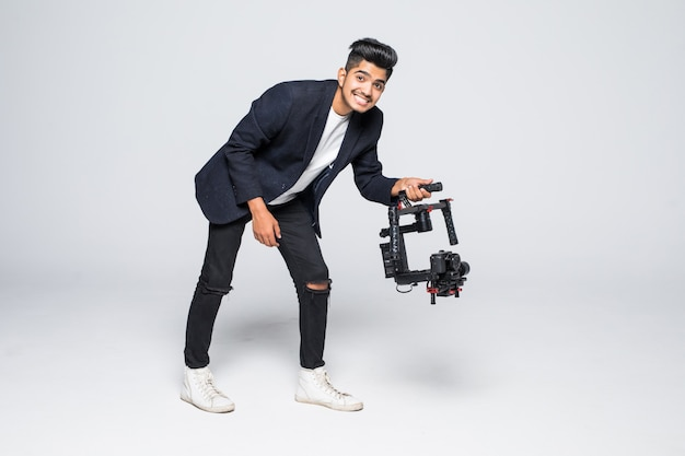 Profesjonalny kamerzysta indyjski z roninem gimball wideo slr na białym tle na tle studia