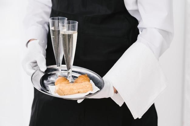 Profesjonalny kelner z tacą