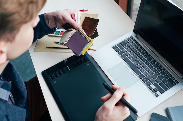 Profesjonalny kolorysta pracujący na tablecie graficznym. projektuj innowacje kreatywne projekty. koncepcja mediów cyfrowych