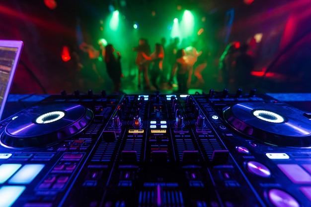 Profesjonalny kontroler miksera dj do miksowania muzyki w klubie nocnym