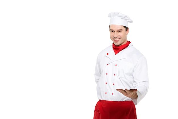 Profesjonalny kucharz mężczyzna na białym.