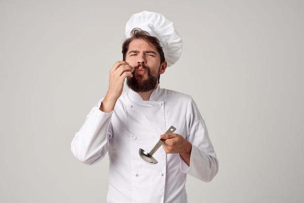 Profesjonalny kucharz z kadzią w ręku gotowanie usługi kuchni kuchennej
