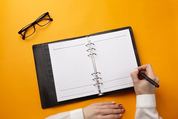 Profesjonalny lekarz pisania dokumentacji medycznej w zeszycie. widok z góry z miejscem na twój tekst.