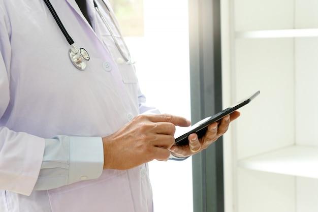 Profesjonalny lekarz używa komputera