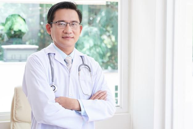 Profesjonalny lekarz w biurze
