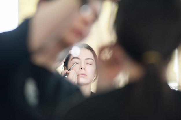 Profesjonalny makijaż dla kobiety w studio urody