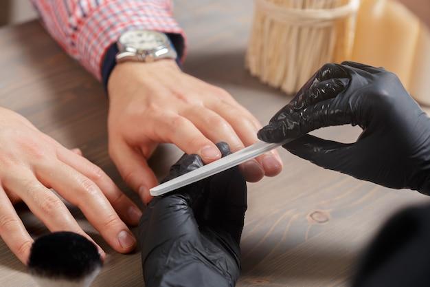 Profesjonalny manicure dla mężczyzny