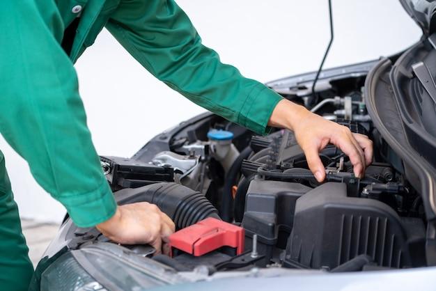 Profesjonalny mechanik ręcznie świadczący usługi naprawy i konserwacji samochodów