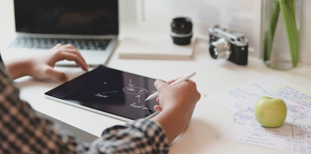 Profesjonalny męski projektant rysujący mapowanie myśli