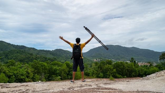 Profesjonalny mężczyzna fotografia na wysokich górach zrobić zdjęcie krajobraz charakter widoku w phuket tajlandii.