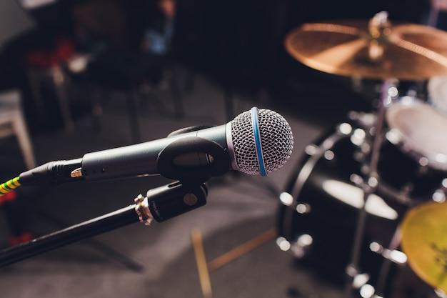 Profesjonalny mikrofon pojemnościowy studyjny, koncepcja muzyczna. nagranie