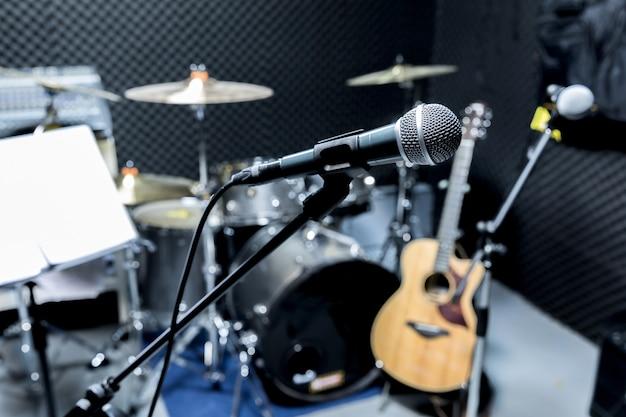 Profesjonalny mikrofon pojemnościowy studyjny, koncepcja muzyczna. nagrywanie, mikrofon z selektywnym ustawianiem ostrości w studiu radiowym,