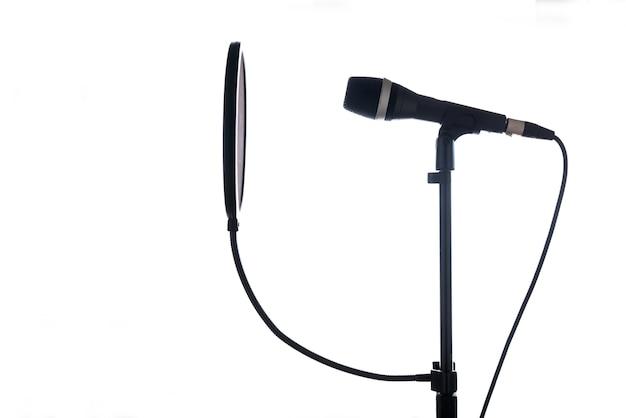 Profesjonalny mikrofon studyjny z osłoną pop na stojaku na białym tle