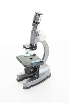 Profesjonalny mikroskop laboratoryjny na białym tle