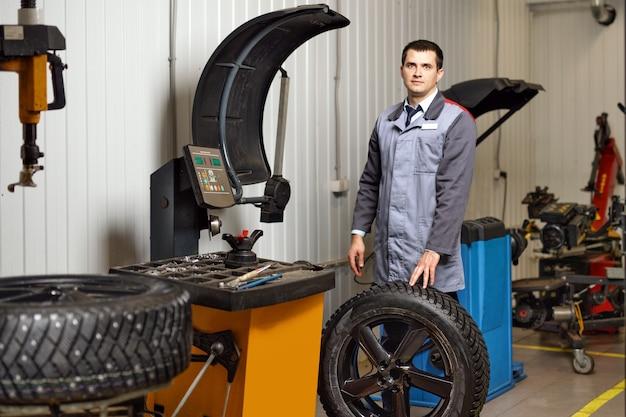 Profesjonalny montaż opon z kolcami w serwisie samochodowym.
