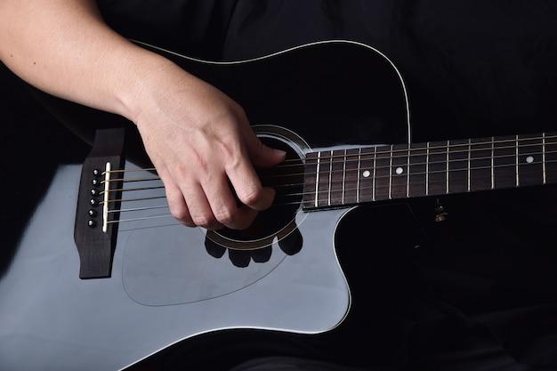 Profesjonalny muzyk grający na gitarze akustycznej.