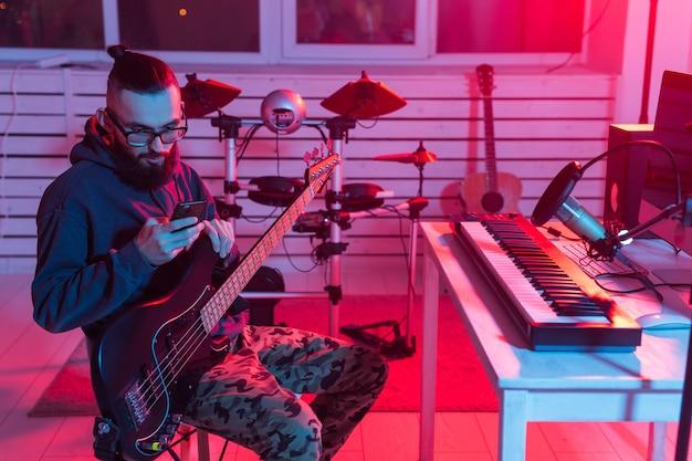 Profesjonalny muzyk nagrywający gitarę w cyfrowym studio w domu
