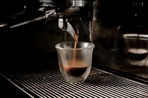 Profesjonalny nowoczesny ekspres do kawy nalewający świeżą i aromatyczną kawę do filiżanki