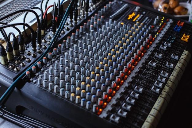 Profesjonalny panel konsoli miksera dźwięku studia audio z suwakami nagrywania i pokrętłami regulacyjnymi
