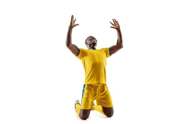 Profesjonalny piłkarz futbolu amerykańskiego jako zwycięzca na białym tle na tle białego studia. wygrana, cel, zwycięstwo, świętowanie, koncepcja szczęśliwych ludzkich emocji