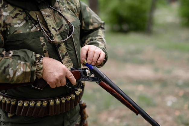 Profesjonalny pistolet myśliwski z nabojem.
