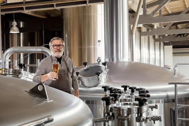 Profesjonalny piwowar na własnej rzemieślniczej produkcji alkoholi.