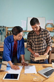 Profesjonalny pracownik wyjaśniający podstawy swojego nowego kolegi