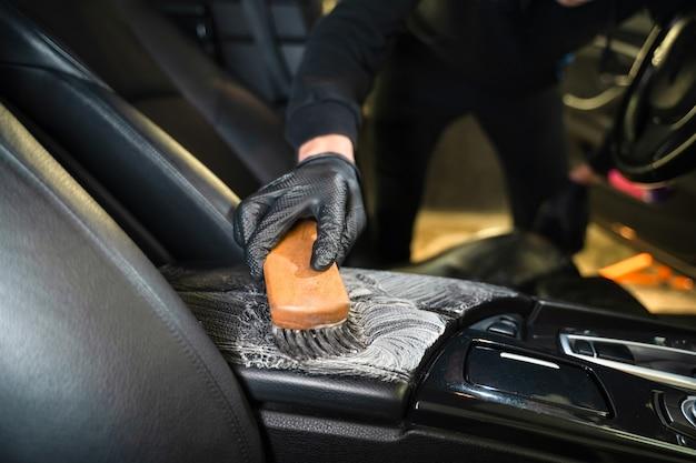 Profesjonalny proces czyszczenia skórzanych foteli samochodowych.
